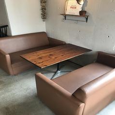 ソファー席2.5人掛けのゆったりとしたソファー席になります。