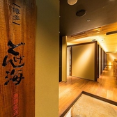 店内の貸切は、50名様から80名様までご利用が可能です。本格和食をごゆっくりとお楽しみいただけるよう、自然素材で落ち着きのある優しい和風空間に。温かみのある深い色合いで統一された木枠や柱、木格子の開放感のある高い天井、部屋の随所から木の温もりが伝わる贅沢なお席をご用意しております。
