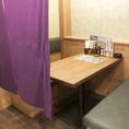 4名様用テーブル席はすだれにより半個室空間に