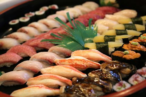 豊洲や漁港より直接仕入れた新鮮なネタをお届けします。