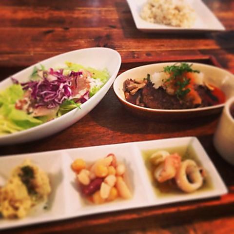 京都出身のオーナーが作る京都のおばんざいの昼ごはんや自家製スイーツが味わえる店。