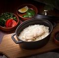 料理メニュー写真ダッチオーブンで炊き上げる シンガポール鶏飯