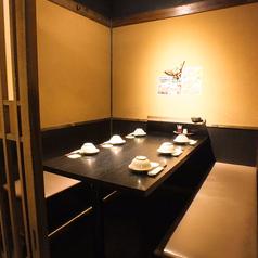 【4名様/テーブル席】落ちついた和のテイストでゆったりと…♪少人数での飲み会に最適です。ゆっくりと過ごせるお席で、美味しいお酒とお食事をお楽しみ下さい☆旬の食材を使用した自慢のお料理と豊富な種類のドリンクをお楽しみ頂ける飲み放題付宴会コースを各種ご用意しています。