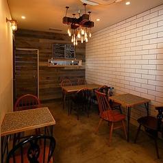 """【居心地の良いスタイリッシュな空間♪】テーブル席(~10名様)ベージュの壁にモスグリーンの扉が目印の外観に、カジュアルながらもスタイリッシュな店内は、どこか""""ホッ""""とするような居心地の良さが自慢です。少人数から大人数の宴会はもちろん、合コンにもおすすめです◎"""