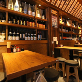 壁一面お酒のボトルがずらりと並ぶテーブル席★週末は埋まりやすいのでお早目のご予約をおすすめします!