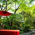 庭園の緑に囲まれ、静寂と癒しを感じることができます