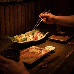 お一人様でも楽しめるカウンター席では料理人の手さばきを目で楽しめます。デート利用にもぴったり、落ち着くお席。