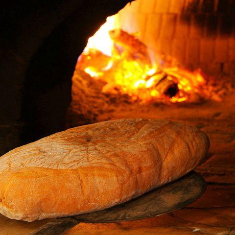 イタリアの職人を呼び寄せて作った日本最大級のピザ窯で焼き上げる、自家製のトスカーナパン。 パンの他にも丁寧に焼き上げたピザ、自家製パンチェッタ、サルシッチャなどもオススメ!前日にご予約頂ければ1本1000円でテイクアウトも可能です!!
