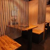 簾付のテーブル席は半個室としてのご利用も可能。周りの目を気にせずゆっくりとお喋りをお楽しみください。