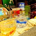 色とりどりのグラスやお酒の数々が沖縄を連想させる【個室風/宴会/飲み放題/沖縄料理/女子会/記念日/カウンター/同窓会/歓迎会/送別会】