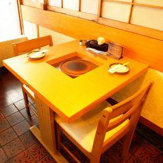 2名様用のテーブル席はデートのご利用にもおススメです。
