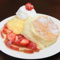 料理メニュー写真自家製カスタードと苺のショートケーキ風スフレパンケーキ