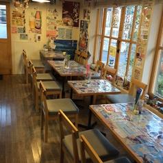 席数は16席の小さな店舗ですが大きな窓からのヒカリで穏やかな雰囲気です。沖縄のカフェ食堂をイメージしました。