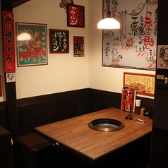 レトロな雰囲気の4名様用テーブル席もご用意しております。
