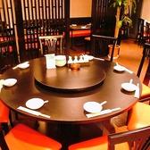中華といったらコレ!大皿を真ん中に乗せて、クルクル♪便利で楽しい円卓を囲んでわいわいお食事!黒と赤のお洒落な空間に気分もあがります♪コース料理と共にお楽しみください。