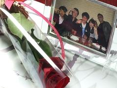 料理メニュー写真主役の方にバラのお花とフォトフレーム付き記念写真プレゼント