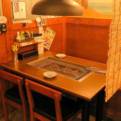 すだれを垂らせば、半個室風で楽しんでいただけます各テーブルに換気システムがあるため空気も綺麗♪