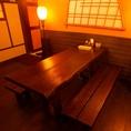店内中央にあるシックなテーブル席は店内の装飾を楽しめる特等席。