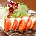 料理メニュー写真トマトとモッツアレラチーズのイタリアンサラダ