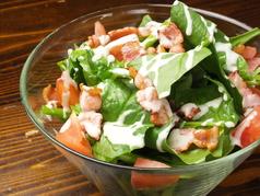 料理メニュー写真ホーレン草とベーコンのサラダ