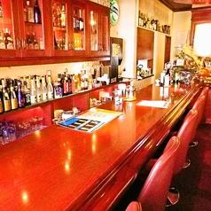 店内に入って左にあるパブスペース。こちらのバーカウンターでは種類豊富な美味しいお酒とスタッフとの会話をお楽しみいただけます。お一人様でもお気軽にご利用ください。