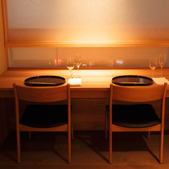 【カウンタ/カップルシート】2名様用のカウンター席。カップルシートとしても◎お2人の時間をゆっくりとお過ごしいただけます。