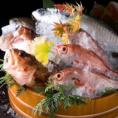 【5つの漁港】より新鮮魚介を【空輸】で仕入れ!!活け〆にこだわった鮮魚のお刺身や卓上で豪快に焼き上げる浜焼きなど絶品料理を多数ご用意!!もちろん各種ご宴会プランでもお楽しみいただけます。