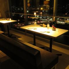 ゆったりソファーで夜景を見ながらおしゃれディナー。