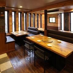 【ボックス席】6名用・4名用のボックス席やソファテーブル席など計6卓のフロア。少人数から20名様までのご宴会まで可。居心地抜群のお席をを多数ご用意!友人・同僚・ご家族と…様々なシーンにご利用ください☆木のぬくもり溢れる、窓からふりそそぐ木漏れ日が心地よい癒しのフロアとなっております。