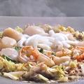 料理メニュー写真(1)鍋の中心部分が煮立ったら食べ頃です。特製のタレに付けてお召し上がり下さい!!
