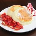 料理メニュー写真チョコと苺とフランボアーズソースのスフレパンケーキ