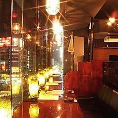 仙台駅前を見下ろせる窓際のソファー席はカップル様や女子2名の語らい、お食事に大変人気のお席でございます。ご指定の場合はご予約時にお問い合わせください。