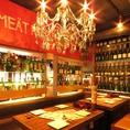 テーブル席はワインが並ぶおしゃれな空間♪女子会や記念日にも♪ニクバルダカラ栄矢場町では絶品お肉料理に合うワインを幅広く仕入れております。お食事を楽しみながらワインを選ぶのも一つの楽しみ。牛一頭買いしたお肉を丁寧に調理しておまちしておりますので是非ご利用下さい。