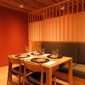 【テーブル席】4名様用のお席は、仕事帰りのちょっとしたお食事やご家族様でのご利用にピッタリ。高級感漂う落ち着いた店内でゆったりとお過ごしください。