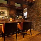 ≪カウンター全6席≫座り心地抜群の専用イス。壁にはワインや洋酒な瓶が並びます。
