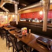片側ソファのテーブル席。普段使いに◎気軽に名古屋コーチンの鶏焼きを楽しめるテーブル席です。仕事帰りの一杯や、仲間でワイワイ楽しみたい時におすすめです。
