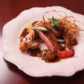 料理メニュー写真フランス産バルバリー種鴨胸肉のロースト ソース フランボワーズ