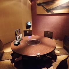 こちらは丸テーブルの掘りごたつ席で仲の良いご友人やご同僚と焼肉やしゃぶしゃぶを囲んで食べられる人気のお席です。ご家族でのご利用や女子会などももちろん大歓迎!宴会に最適なお得な食べ放題付きコースや飲み放題付きコースも多数ご用意しておりますので是非ご利用ください♪【新横浜 居酒屋 個室】