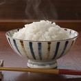 契約農家がこだわって作ったお米で炊くふっくら美味しいご飯は+100円でお代わり可能。お代わりのサイズは、大/中/小をお選びください。