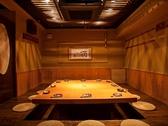 テーブルを囲んで座るおすすめの空間。結束力を高める会社宴会や、同窓会などにも人気の掘りごたつ個室です。