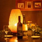カップル、少人数様のためのゆったりテーブル席。間接照明で照らす店内は落ち着きながらも開放的な空間です♪♪【新宿 個室 居酒屋 肉バル 食べ放題 飲み放題 肉料理 宴会 焼肉 女子会 歌舞伎町 東口 】
