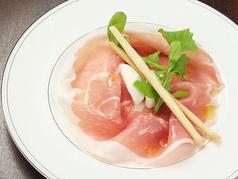 料理メニュー写真イタリア産生ハムと水牛モッツァレラチーズ