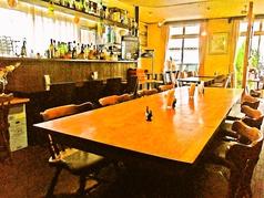一枚板の大きなテーブル席があり、目を惹きます。8人が座れるサイズなので、いろんなシーンで活用出来ます◎