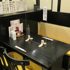 カーテンロールでの仕切りがついたテーブル席は皆様に人気!
