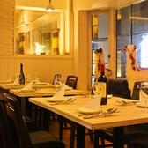 <テーブル>接待、合コン、女子会におすすめ!大人気の個室空間。渋谷スペイン坂の夜の景色を眺めながらお食事をお楽しみいただけます。
