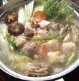比内地鶏の旨みがたっぷりと溶け込んだスープはコラーゲンもたっぷり!そんなスープを使用した水炊き鍋を、是非おいしい召し上がり方でお楽しみくださいませ。〆のお雑炊までしっかりとご堪能いただけるようになっております!