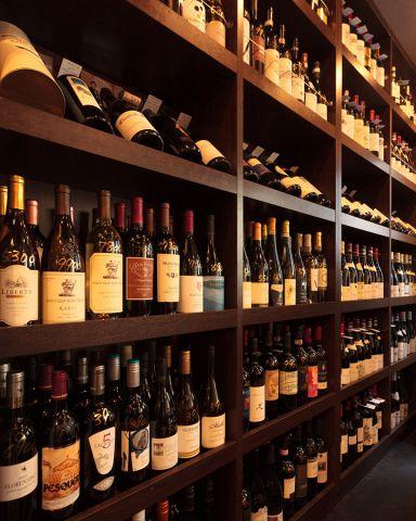 400種類のワインが並ぶ、壮観なワインセラー。半数以上がフランスワインが占めており、中でもブルゴーニュワインが豊富です。ワイン好きも大満足の圧巻の品揃えの中から、大切な日の一本をお選びください。