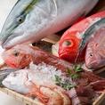 海鮮居酒屋 鮮や一夜 新宿東口駅前店では厳選した漁港直送・旬の鮮魚を使用し、「鮮・焼・炙・揚」と、素材本来の味わいを引き立たせる技と伝統の調理法で仕上げた海鮮・和食料理をご提供いたします。寿司・刺身や炙り焼きと、料理人が腕によりをかけた逸品料理・コースの数々を、是非お召し上がりください。