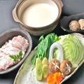料理メニュー写真地鶏もも肉となんこつ入り塩つくねの水炊き(2人前)