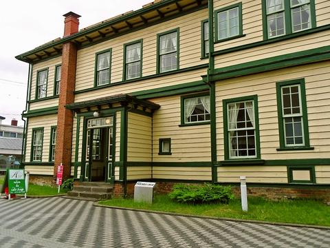 重要文化財、旧東奥義塾外人教師館1階にあるカフェ。歴史ある建物で穏やかな時間を。